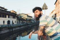 Людина, притулившись перила по каналу — стокове фото