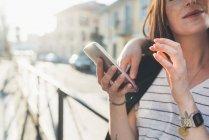 Ritagliato colpo di coppia sul marciapiede guardando smartphone — Foto stock