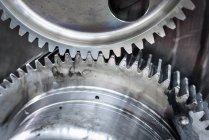 Масштабная деталь колёс водителя с зубцами локомотивного двигателя в железнодорожных работах — стоковое фото