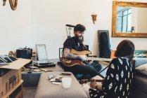Couple de jouer la guitare électrique dans l'appartement — Photo de stock