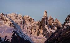 Vue sur coucher de soleil rose Cerro Torre et le Fitz Roy chaînes de montagnes du Parc National Los Glaciares, Patagonie, Argentine — Photo de stock