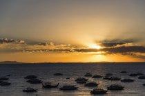 Coucher de soleil doré au lac Titicaca vu de Copacabana, Bolivie — Photo de stock