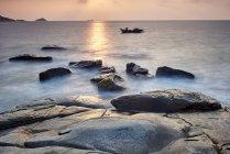 Les rochers côtiers et bateau au lever du soleil, Dazuo, Fujian, Chine — Photo de stock