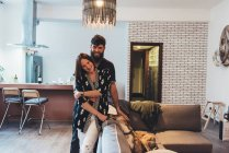 Ritratto di coppia e cane da compagnia sul divano — Foto stock
