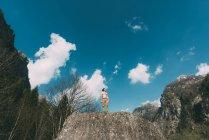 Голые торсом молодых мужчин стоя на вершине Боулдер — стоковое фото