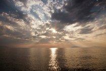 Mer avec soleil reflété dans l'eau, Milazzo, Sicile, Italie, Europe — Photo de stock