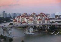 Elevado paisaje con desarrollos de carretera puente y apartamento en el atardecer, Singapur, sudeste asiático - foto de stock