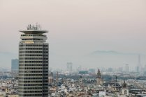 Alto edificio moderno e sorprendente paesaggio urbano a Barcellona, Catalogna, Spagna — Foto stock
