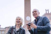 Coppia di turisti con macchina fotografica digitale in piazza, Siena, Toscana, Italia — Foto stock