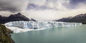 Вид на озеро Аргентино, Перито-Морено и горы в национальном парке Лос-Исиарес, Патагония, Чили — стоковое фото