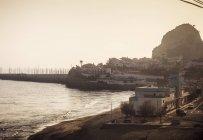 Vista de la playa y la costa al atardecer, Barcelona, España - foto de stock
