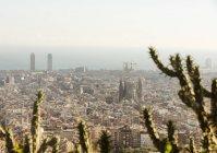 Vue de paysage urbain élevées avec La Sagrada Familia et côte lointaine, Barcelone, Espagne — Photo de stock
