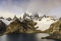 Baixo de nuvem sobre Fitz Roy Cordilheira e Laguna de los Tres no Parque Nacional Los Glaciares, Patagónia, Argentina — Fotografia de Stock