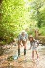 Pai e filha com rede de pesca — Fotografia de Stock