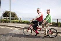 Вигадливий пара огляду визначних пам'яток на тандем велосипед, Борнмут, Англія — стокове фото