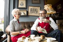 Quirky vintage couple drinking tea in tea room — Stock Photo