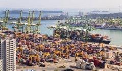 Blick auf Containerterminal, Kräne und Containerschiffe, Singapore, Südostasien — Stockfoto
