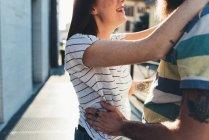 Plan recadré de couple romantique étreignant sur le trottoir — Photo de stock