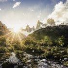 Солнечный вант и горный хребет Фитц Рой в национальном парке Лос-Исиарес, Патагония, Аргентина — стоковое фото
