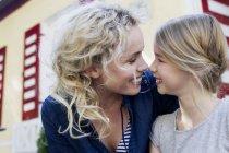 Madre e figlia godendo di stare insieme all'aperto — Foto stock