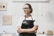 Портрет ювелирки, смотрящей в ювелирную мастерскую — стоковое фото