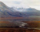 Vue panoramique sur les majestueuses montagnes arctiques au temps nuageux — Photo de stock