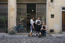 Três joalheiros femininos tomando café ao ar livre — Fotografia de Stock