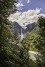 Veduta della cascata che scorre dal ghiacciaio ai margini della parete rocciosa di montagna, Queulat National Park, Cile — Foto stock