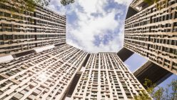 Niedrigen Winkel Blick auf moderne Wohnblocks, Singapur, Südostasien — Stockfoto