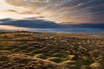 Paesaggio roccioso sotto il bel cielo tempestoso — Foto stock