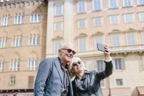 Tourist couple taking selfie in city, Siena, Tuscany, Italy — Stock Photo