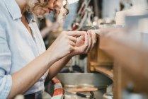 Жіночий ювелір формування срібло металу в workbench — стокове фото