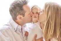 Портрет пары целующейся дочки — стоковое фото