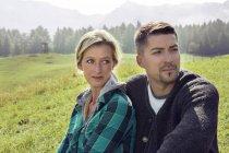 Портрет пары в полевом пейзаже, смотрящей в сторону, Озил, Гермарка, Австрия, Европа — стоковое фото