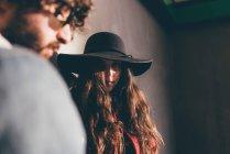 Jovem casal em pé ao ar livre, expressões pensativos, vista de ângulo baixo — Fotografia de Stock