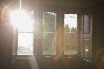 Солнечный свет, сияющий через окно — стоковое фото