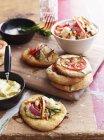 Mini pizza pane condita con giadineira, sul tagliere — Foto stock