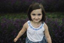 Retrato de niña de pie en lavanda - foto de stock