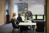 Colegas trabalhando juntos na sala de conferências — Fotografia de Stock