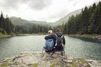 Vista traseira do casal caminhadas, sentado ao lado do lago, Tirol, Steiermark, Áustria, Europa — Fotografia de Stock