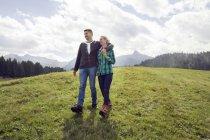Caminhada de casal no campo, Tirol, Steiermark, Áustria, Europa — Fotografia de Stock