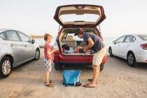 Padre e figlio che prendono canne da pesca da stivale auto, Goleta, California, Stati Uniti, Nord America — Foto stock
