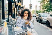 Mulher no pavimento café, Milão, Itália — Fotografia de Stock