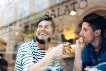Casal no café pela janela, Florença, Itália — Fotografia de Stock