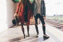 Ritratto di giovane coppia sulla piattaforma ferroviaria, sezione bassa — Foto stock