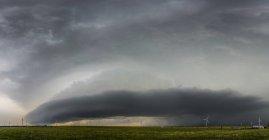 Супершторм с метелью над ветровыми турбинами, Оклахома, США — стоковое фото