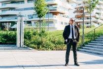 Ritratto di uomo d'affari maturo in occhiali da sole all'aperto — Foto stock