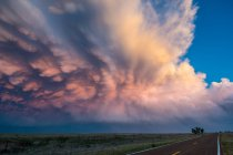 Beautiful display of mammatus clouds over New Mexico desert landscape, USA — Stock Photo