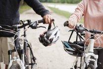 Літня пара, гуляючи по сільській шлях з велосипеди — стокове фото