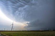 Supercell storm with shelf cloud over wind turbines, Oklahoma, EUA — Fotografia de Stock